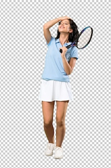 若いテニスプレーヤーの女性は何かを実現し、解決策を意図しています