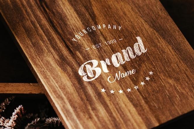 Логотип на деревянном столе макет