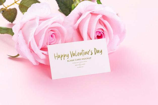 ピンクのバラのモックアップと幸せなバレンタインデーの空白カード