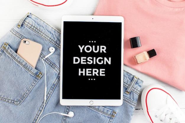 タブレット画面のモックアップとトップビューファッションコンセプト