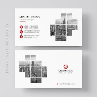 Белая визитная карточка с красными деталями
