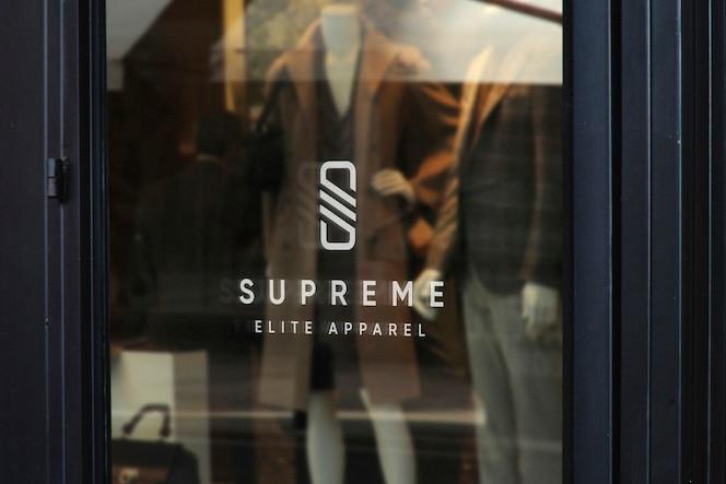 Макет логотипа в витрине магазина