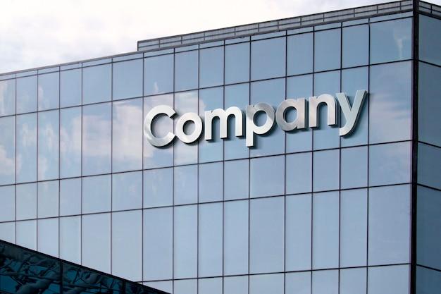 Серебряные буквы на стеклянном фасаде здания