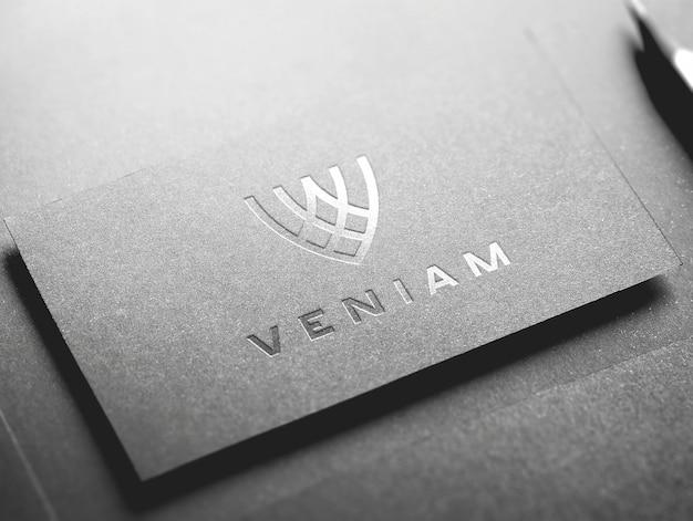 Серебряная визитная карточка с логотипом макет