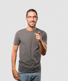 Счастливый молодой человек, указывая на вас пальцем