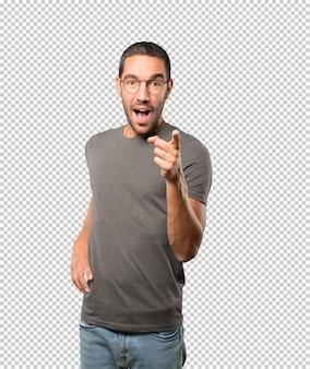 Удивленный молодой человек, указывая на вас пальцем