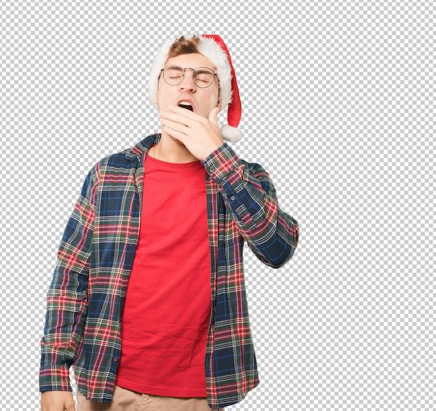 Молодой человек на рождество делает жесты