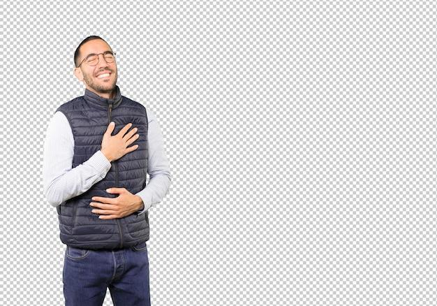 笑って幸せな若い男