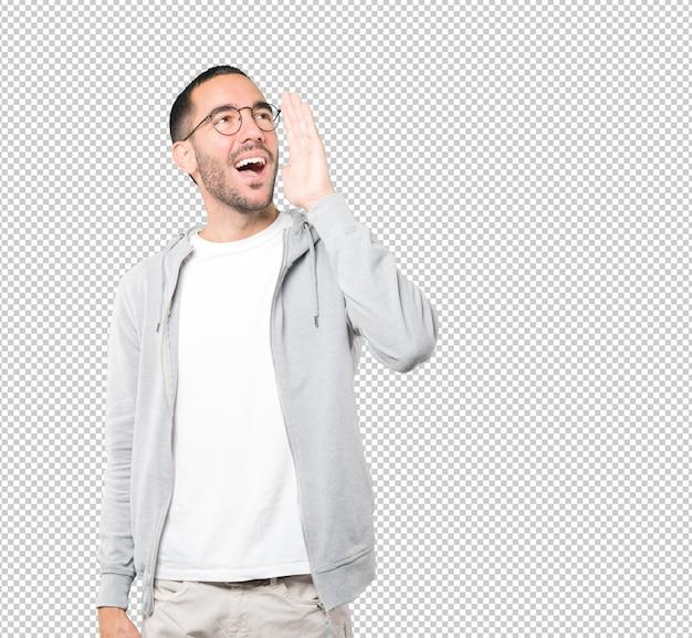 Счастливый молодой человек пытается что-то сказать сильно