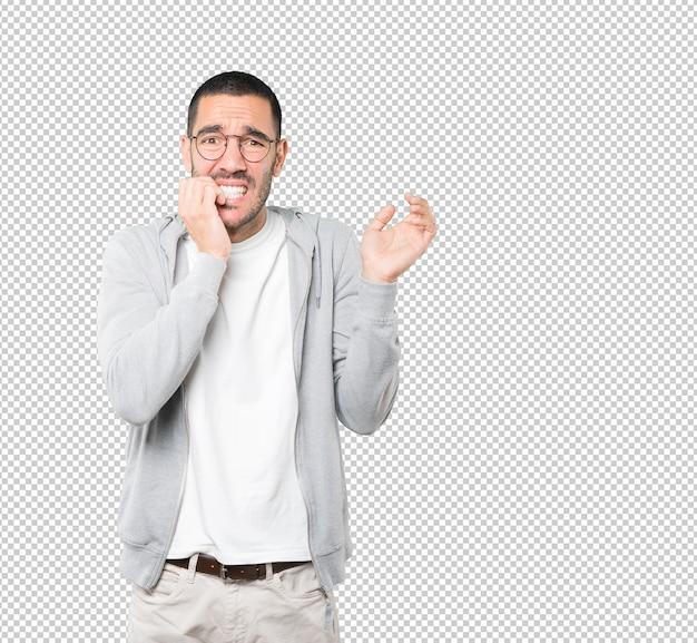 Сумасшедший молодой человек делает нервный жест