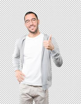 Счастливый молодой человек жестом показывает, что все в порядке
