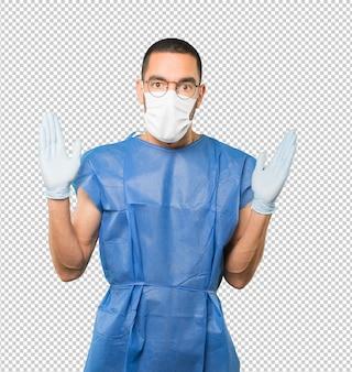 コロナウイルスの概念をやって、マスクと保護手袋を着用して若い男