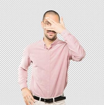 Молодой человек закрыл глаза руками