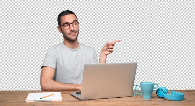 Уверенный молодой человек сидел за своим столом и указывая рукой