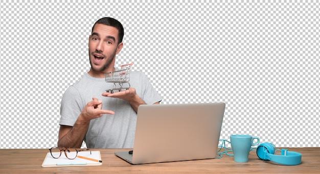 Концепция счастливого молодого человека, который покупает в интернете