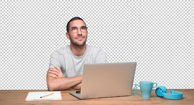 自分の机に座って探している自信を持った若い男