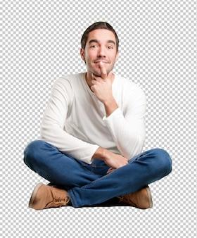座っている若い男