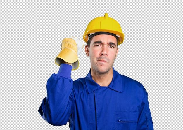 白い背景に挑戦する深刻な労働者