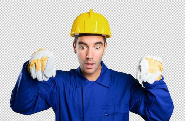 白い背景に想像上のポスターを持っている労働者