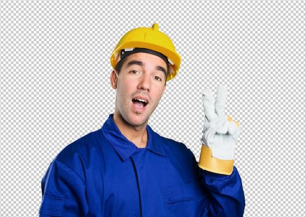 白い背景に勝利ジェスチャーを持つ幸せな労働者