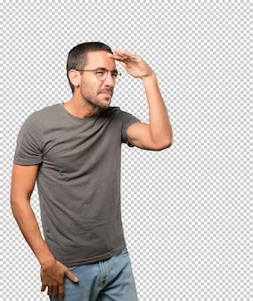 よそ見のジェスチャーで若い男を集中