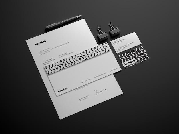 封筒、ペン、クリップ付きの文書