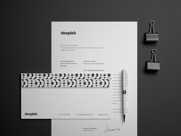 Документ с конвертом, ручкой и клипами