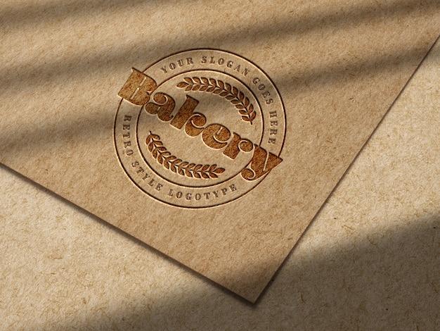 Дебоссированный макет логотипа на крафт-бумаге