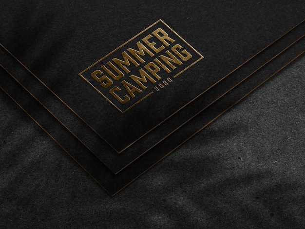 Рельефный золотой логотип макет на темной бумаге