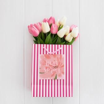 正方形の紙の自然春のコンセプトにかわいいメッセージ