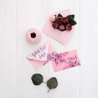 花の結婚式の静止した招待状のモックアップ水彩画
