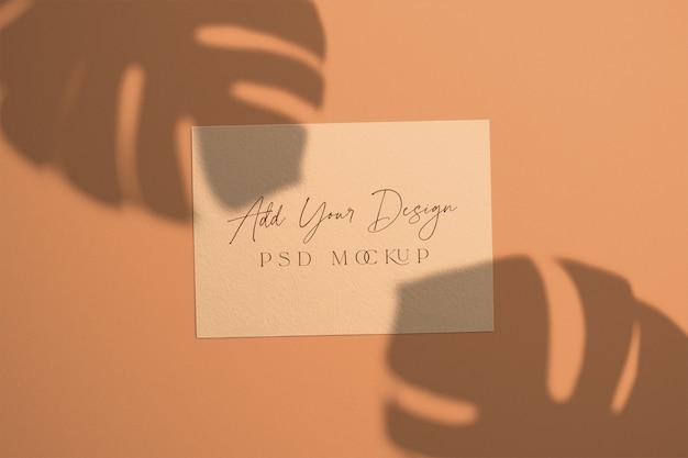 Карточка с наложением теневых листьев монстера