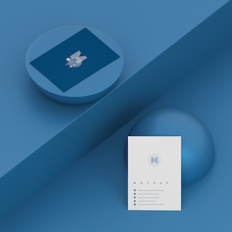 名刺のモックアップと単色の青いシーン