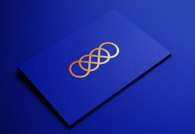 エンボス加工の青い名刺に高級ゴールデンロゴモックアップ