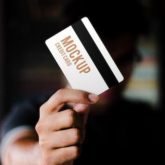 Реалистичная пластиковая карта на руке макет