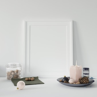 Пустая рамка для фотографий и свеча с соснами для украшения