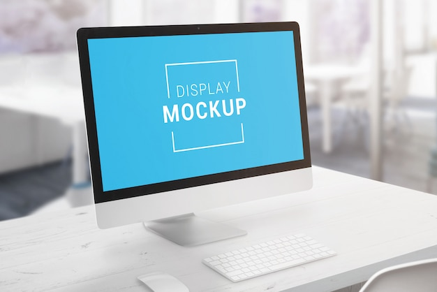 Современный дисплей компьютера на белом столе офиса. экран смарт-объекта для презентации макета, приложения или дизайна веб-сайта.