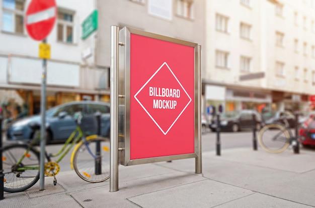 モックアップ、デザインプレゼンテーション用の隔離された表面を持つ都市看板。