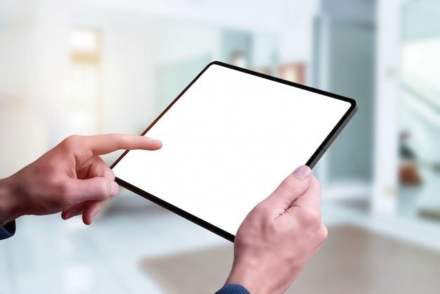 手でタブレットのモックアップ。左手タッチスクリーン。閉じる