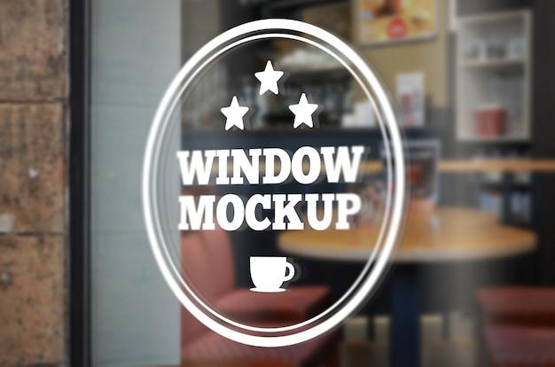ガラス窓ロゴモックアップ。コーヒーショップの窓
