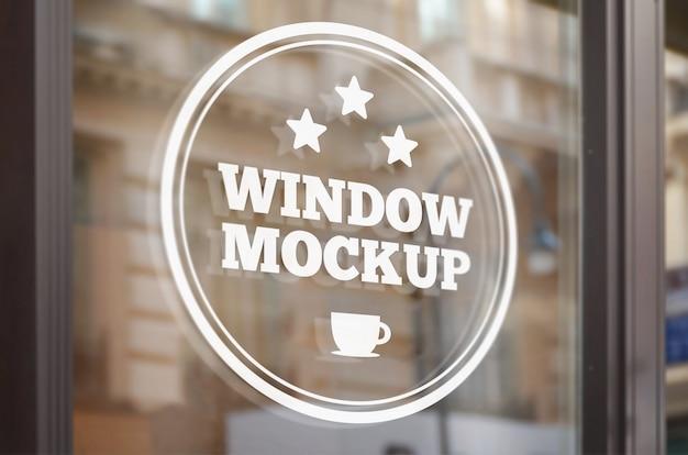 店の窓にロゴのモックアップ