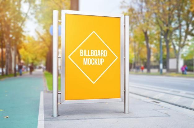 都市通りの看板のモックアップ、ポスター、広告、広告デザインプレゼンテーション