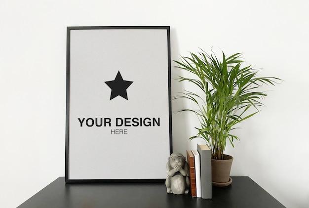植物と本と黒いテーブルのモックアップポスター