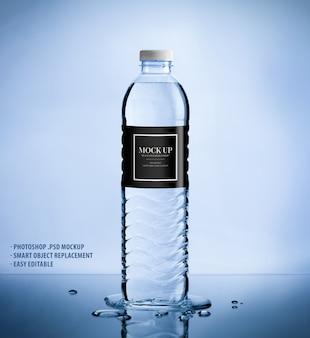 Шаблон макета из пластиковой бутылки с чистой водой