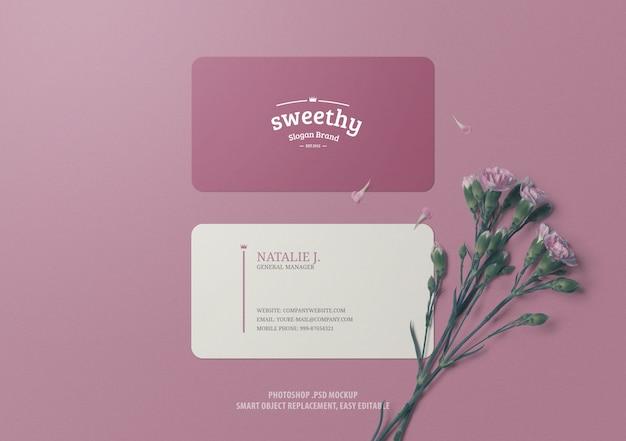 Современный макет визитной карточки с розовой цветочной поверхностью