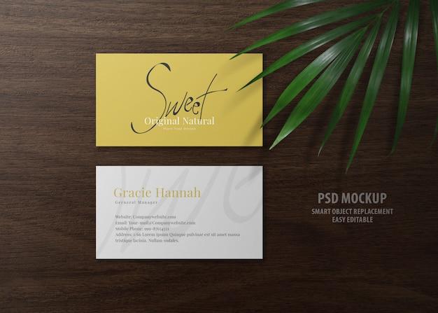 Минимальный макет визитной карточки на деревянный стол