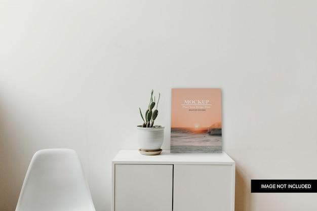 シンプルなテーブルポスターモックアップ