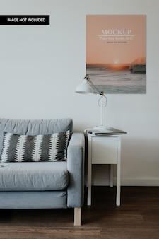 シンプルなリビングルームのポスターのモックアップ