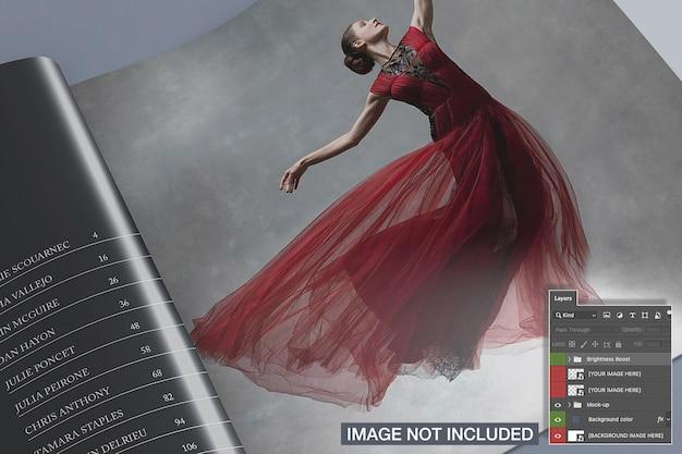 クローズアップビューは正方形の雑誌のモックアップを開いた