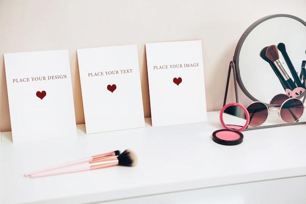 白いテーブル、女性の化粧テーブル、シーンクリエーターのモックアップカード